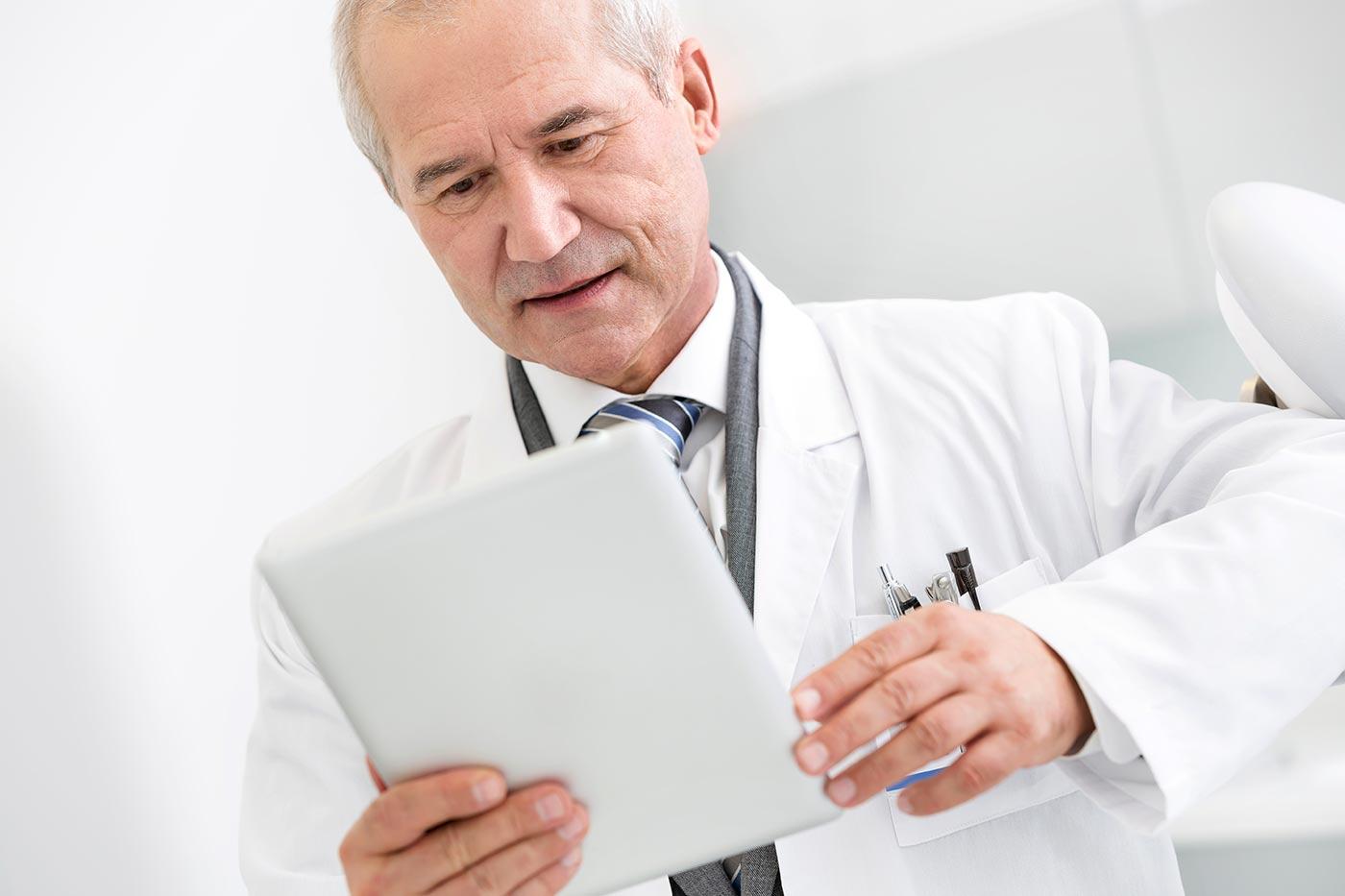 Zahnarzt mit Tablet-Computer