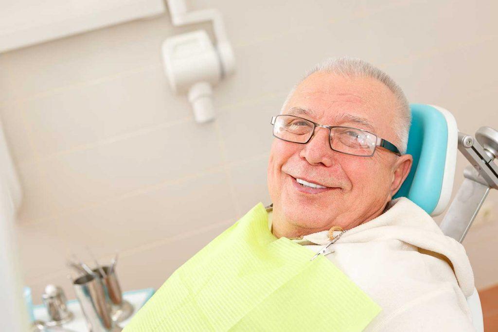 Patient freudig auf dem Behandlungsstuhl