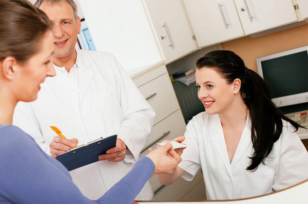 Patient und Arzt an der Rezeption