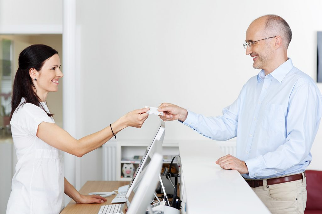 Patient übergibt seine Versichertenkarte